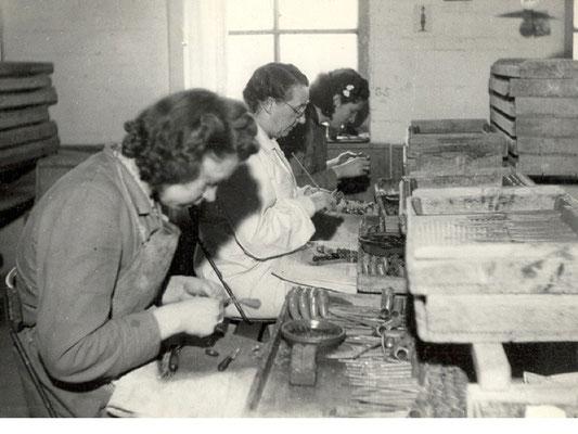 Afwerken van gekaste pijpen op de vrouwenzaal van voor 1940