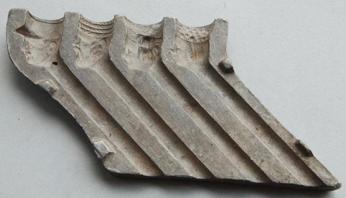 Halve metalen persmal voor waarschijnlijk kermis- of speelgoed pijpjes