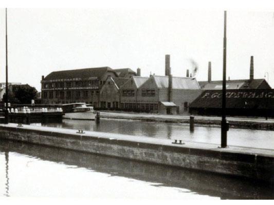 1955, de Goedewaagen fabriek vanaf de overzijde van het water gezien