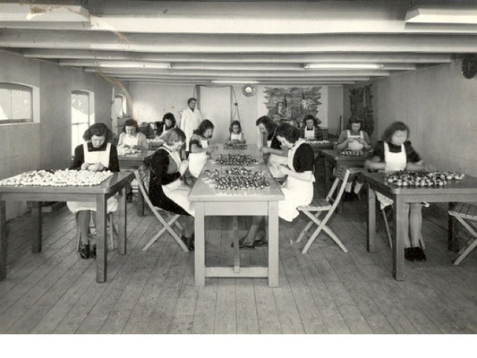 Afwerken van gegoten pijpen op de vrouwenzaal van voor 1940