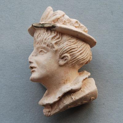 Let op de fraai ingesneden veren op de hoed en de mooi uitgewerkte kraag. In ca 1920 vinden we dit model ook terug  bij de firma Holland & Sons in Manchester (nr 508, 'Proud Lady')