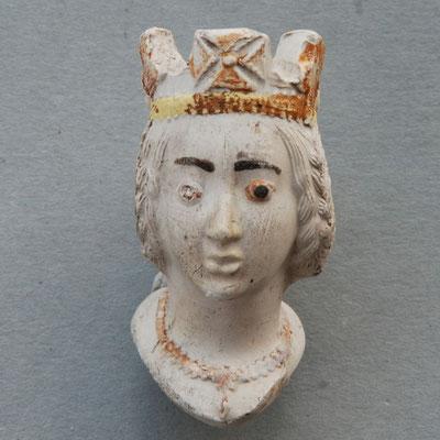 Een ingekleurde dames kop met kroon en geëmailleerde ogen. Handelsmerken van de Franse pijpmakers in het tweede deel van de 19e eeuw