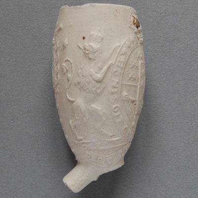 Honi Soit Qui Mal Y Pense in tekstlint rond wapenschild dat door een leeuw en eenhoorn worden vastgehouden