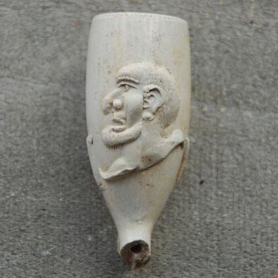 Narrenkop ; aparte versiering van een manshoofd naar de roker toe gericht. Ca 1750-1800