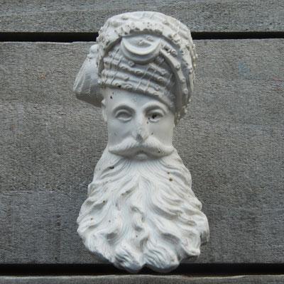 Opvallend is de 'halve maan' / sikkel op voorzijde tulband. Een variant zonder is ook gevonden.