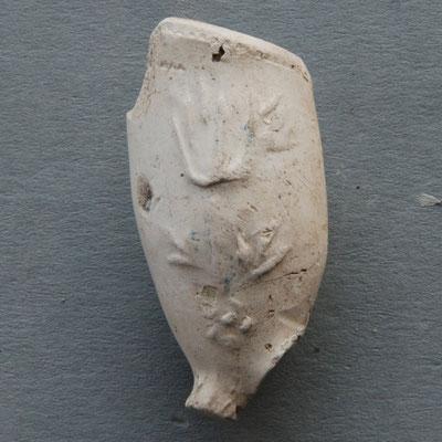 Fragment, lijkt op Tulp hiervoor maar heeft wat andere details. Deze versiering kennen we ook uit andere pijpmakers steden. Achterzijde ontbreekt helaas