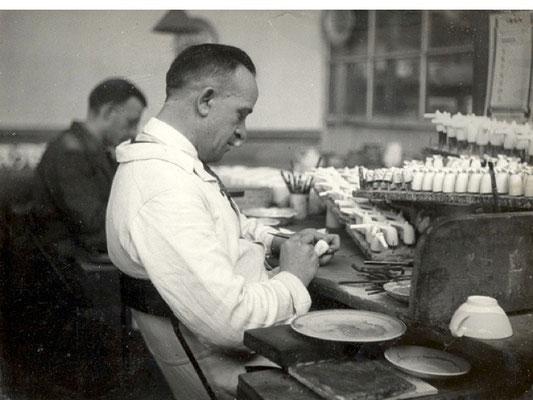Afwerken van de doorrokers op de mannenzaal van voor 1940
