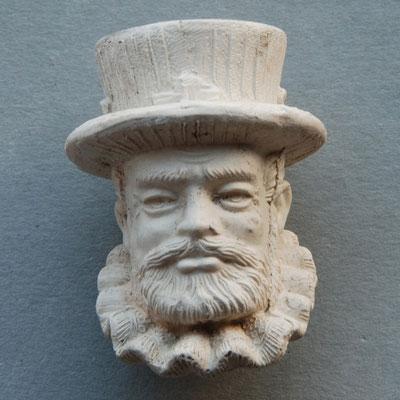 Onduidelijk waar deze pijp gemaakt is, datering ca 1900. Gezien herkomst en modellering lijkt het van zelfde fabrikant als het vrouwenkopje te komen (Turpin, Macclesfield, UK)
