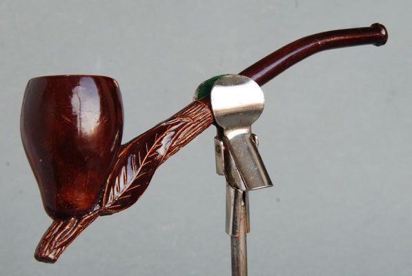 Populair model ; peer met blad en licht gekromde steel, bruin gelakt