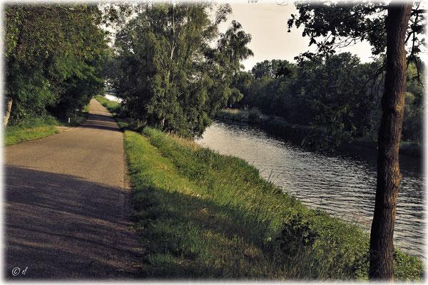 Die Landstraße verläuft direkt am Kanal entlang
