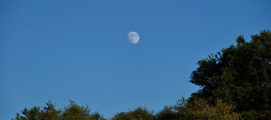 Über den Hügeln scheint bereits der Mond