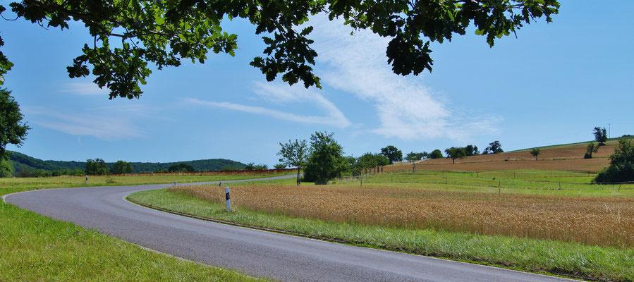Eine Straße schlängelt sich durch die Lande