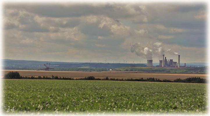 Der Blick auf das Kohlekraftwerk Weisweiler