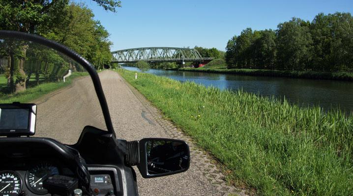 Die Landstraße verläuft parallel zum Kanal