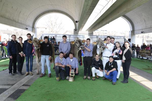 Die drei Champion Kühe mit Familie / Team