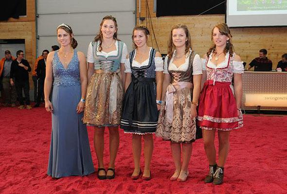 Braunviehkönigin Patrizia mit den ehmaligen Kandidatinnen