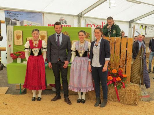 Die Ehrendamen mit Richter Dani Gisler und Ringwomen Patrizia in Appenzell