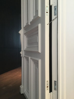 Wer sicher sein will, dass seine Türsicherung auch richtig installiert wurde, sollte daher einen Fachmann kontaktieren. Montagebeispiel Bild_01