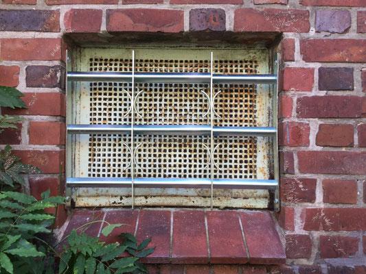 Fenstergitter – sichern Sie Ihre Keller- und Erdgeschossfenster! ABUS Fenstergitter schützen speziell diese Fenster effektiv. Sie sind Teles kopierbar und können perfekt auf die Breite des zu schützenden Fensters angepasst werden. Montagebespiel_01