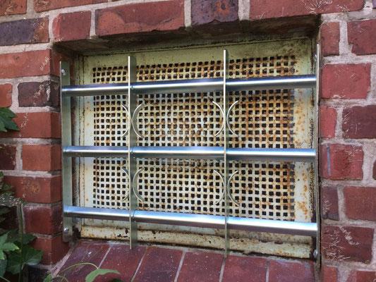 Fenstergitter – sichern Sie Ihre Keller- und Erdgeschossfenster! ABUS Fenstergitter schützen speziell diese Fenster effektiv. Sie sind Teles kopierbar und können perfekt auf die Breite des zu schützenden Fensters angepasst werden. Montagebespiel_02