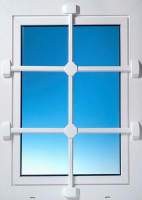 Burgwächter Fenstergitter schützen Ihre Fenster effektiv. Montage & Einbau Ihrer Fenstergitter…  – sichern Sie Ihre Keller- und Erdgeschossfenster! Fenstergitter können auf die Breite des zu schützenden Fensters angepasst werden. Montagebespiel_05