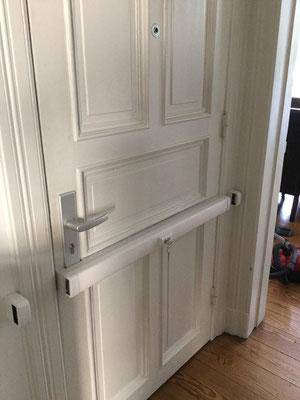 Der Panzerriegel / Querriegel reicht dabei, über die gesamte Breite der Tür. Der Türquerriegel wird dem zufolge rechts und links der Eingangstür in der Mauer eingelassen, damit ist Ihre Wohnungstür besonders geschützt gegen schweres Einbruchwerkzeug