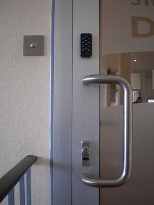 Ein elektronisches Türschloss ermöglicht das Öffnen von Büroeingang, Haustür oder Gartentor ohne Schlüssel