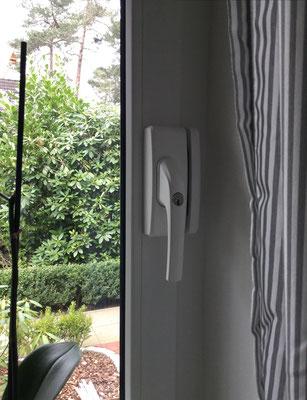 Sicher Wohnen mit Abus Fenstersicherungen. Fenstersicherung nachrüsten lassen, Einbruchsichere Fenster - Schützen Sie Ihr Zuhause. Fenstersicherung Hamburg: Abus Fenstersicherung aber wie und welche? Eine gute Fenstersicherung schreckt Einbrecher ab