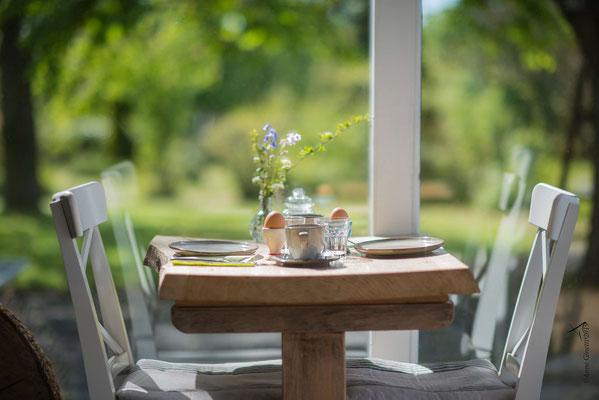 Les Chambres du Vivier, chambres d'hôtes à Durbuy, Ardenne - Petit déjeuner dans la véranda, vue jardin
