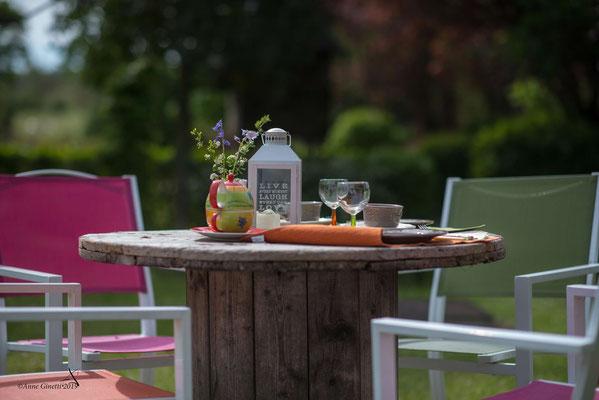 Les Chambres du Vivier, chambres d'hôtes à Durbuy, Ardenne - Petit déjeuner au jardin