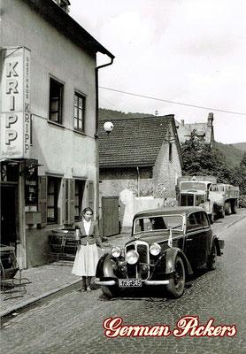AK / Foto Dame vor Gasthaus Kripp in Koblenz-Stolzenfels, Brunnenstrasse. Neben Eingang Emailschild Königsbacher Brauerei / Bräu