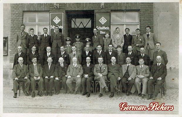 AK / Foto Herren vor Wirtshaus - Hinterglasschild Schultheis Bier