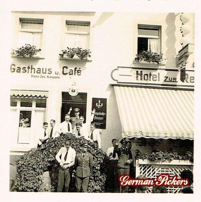 AK / Foto Soldaten im 2. Weltkrieg vor Wirtshaus / Cafe Franz Josef Kaspers Koblenz - Hinterglasschild der Königsbacher Brauerei / Bräu