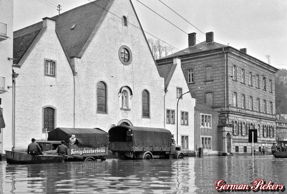 AK / Foto -Königsbacher Brauerei / Bräu Koblenz Oldtimer LKW bei Hochwasser in Koblenz Ehrenbreitstein