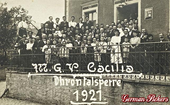 AK / Foto - MGV Cäcilia vor Gasthaus an der Dhrontalsperre mit Emailschild der Königsbacher im Hintergrund von 1921