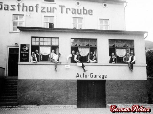 AK / Foto - Gasthaus zur Traube Koblenz mit Hinterglasschild der Königsbacher Brauerei um 1940