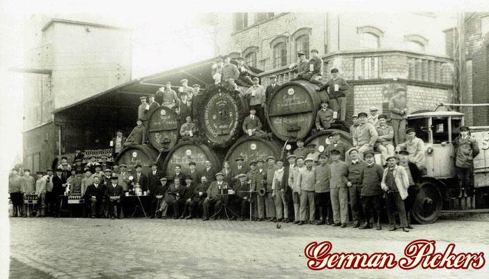 AK / Foto - Mitarbeiter posieren vor der Schultheis Brauerei vom Rhein in Weissenthurm - bei Koblenz um 1930