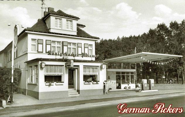 AK / Foto - Gasthaus mit Königsbacher Koblenz Reklame - nebenan Tankstelle mit alten Zapfsäulen 1950er