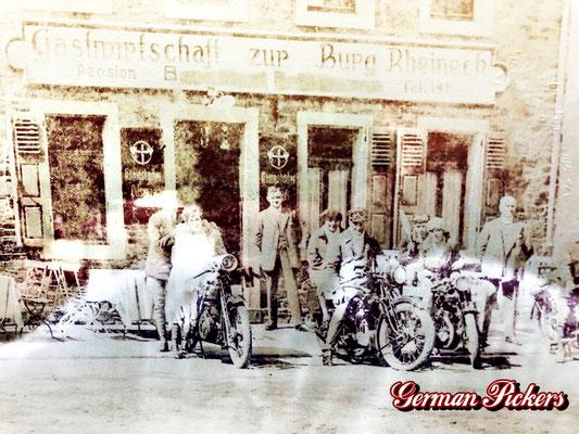 AK / Foto - Motorradfahrer zur Rast Gastwirtschaft zur Burg Rheineck - jeweils Königsbacher Glasschilder um 1930