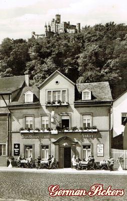 AK / Foto Gasthaus zum Anker - Hintergrund Schloss Stolzenfels - Emailschild Königsbacher Brauerei / Bräu