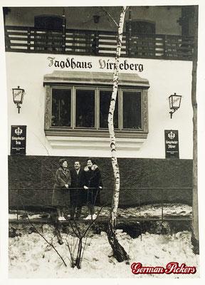 AK / Foto - Personen posieren vor Jagdhaus - Sowohl Königsbacher Pilsener als auch Bräu Glasschild um 1940