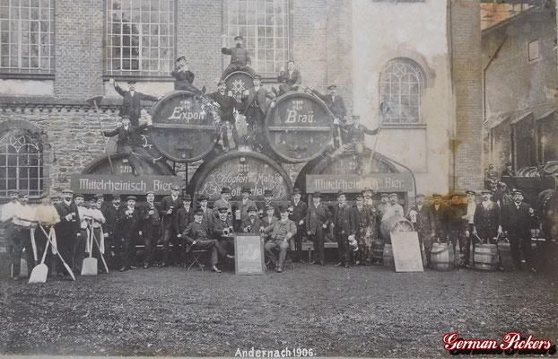 AK / Foto - Mittelrheinische Brauerei Andernach Coblenz von 1906 - Ansicht der Belegschaft vor dem Brauereigebäude