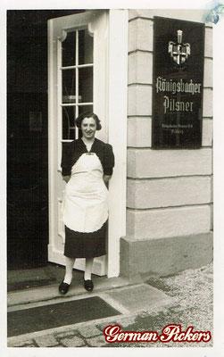 AK / Foto Frau steht vor Wirtshaus - Hinterglasschild der Königsbacher Brauerei
