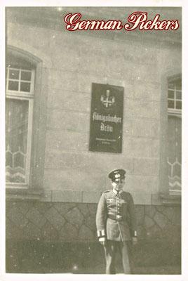 AK / Foto - Wehrmacht Soldaten vor einem Gasthaus - Königsbacher Glasschild / Emailschild - 2. Weltkrieg