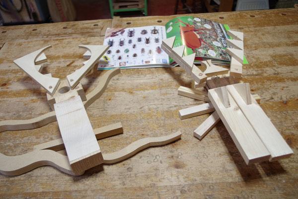小学生がお父さんと一緒に端材で昆虫を作りました