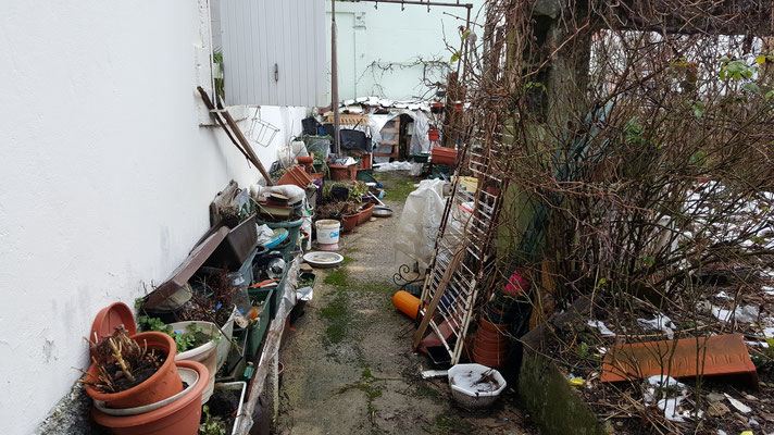 Déblaiement d'un jardin à Pontarlier Avant intervention, entreprise de débarras AHLEN Clément