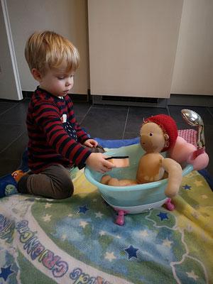 Leon wird gebadet... (das einzige Bad, dies ist ab und zu in Ordnung und wie man sieht ja auch durchaus möglich, sollte aber eher ein seltenes Ergeignis bleiben)