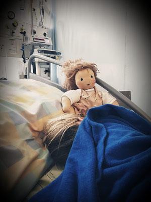 Neles Puppenkind ist bei jedem Spitalaufenthalt und bei jedem Arztbesuch dabei....