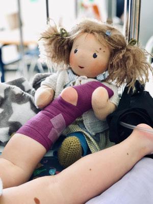 Beistand im Krankenhaus: Emmas Puppenmädchen hilft bei der Krankenpflege