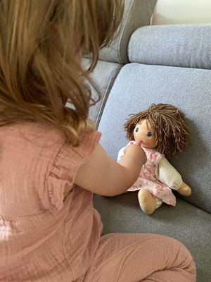 Zoe mit ihrem Puppenkind (30er Größe)